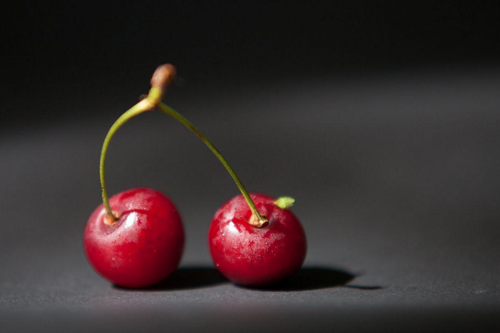 Неким солнечным днём попалась на глаза тарелка вишни под лучами солнца. Пока шли размышления о ракурсе, содержимое почему-то быстро превращалось в косточки. И та, пока не осталась всего пара ягодок.